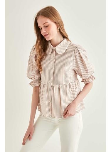 Vitrin Fırfır Detaylı Çizgili Crop Gömlek Bej
